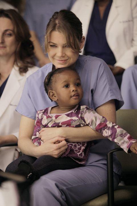Für eine riskante Operation an siamesischen Zwillingen teilen sich die Ärzte in Teams auf, während Derek und Meredith (Ellen Pompeo, hinten) auf... - Bildquelle: ABC Studios