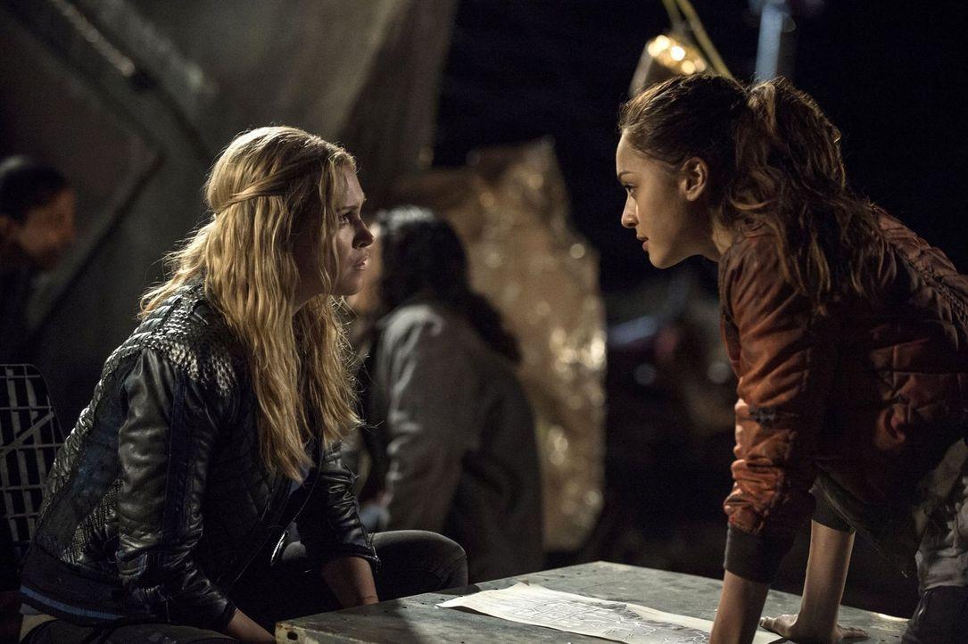 Raven (Lindsey Morgan, r.) macht eine Entdeckung, die sogar Clarke (Eliza Taylor, l.) schockiert ... - Bildquelle: 2014 Warner Brothers