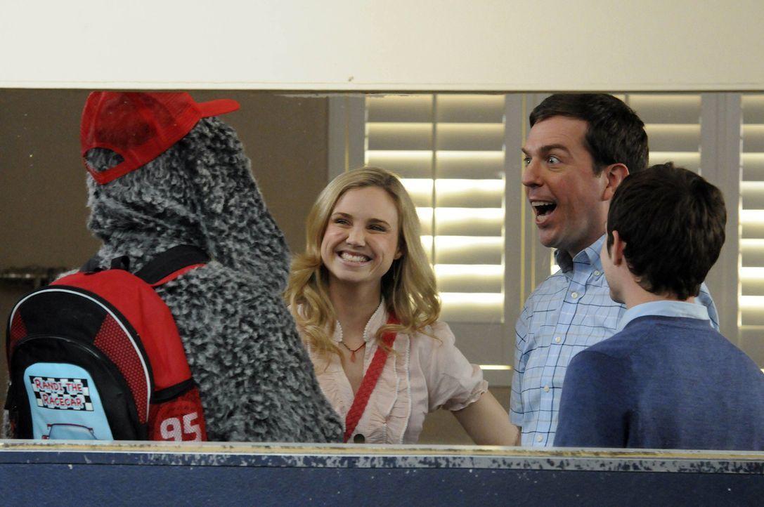 Jenna (Fiona Gubelmann, 2.v.l.) und Ryan (Elijah Wood, r.) bringen Wilfred (Jason Gann, l.) in einen Kindergarten für Hunde, wo Darryl (Ed Helms, 2... - Bildquelle: 2011 FX Networks, LLC. All rights reserved.