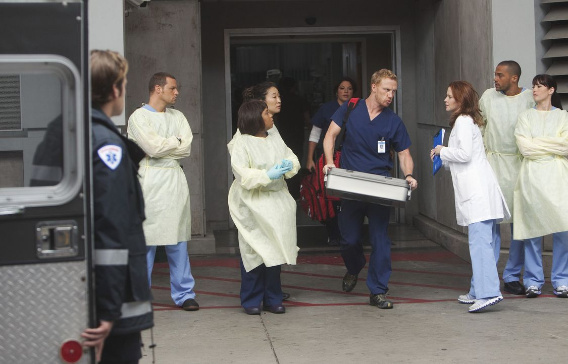 Als sich in Seattle ein Erdloch auftut, müssen Alex (Justin Chambers, 2.v.l.), Bailey (Chandra Wilson, 3.v.l.), Cristina (Sandra Oh, 4.v.l.), Calli... - Bildquelle: ABC Studios