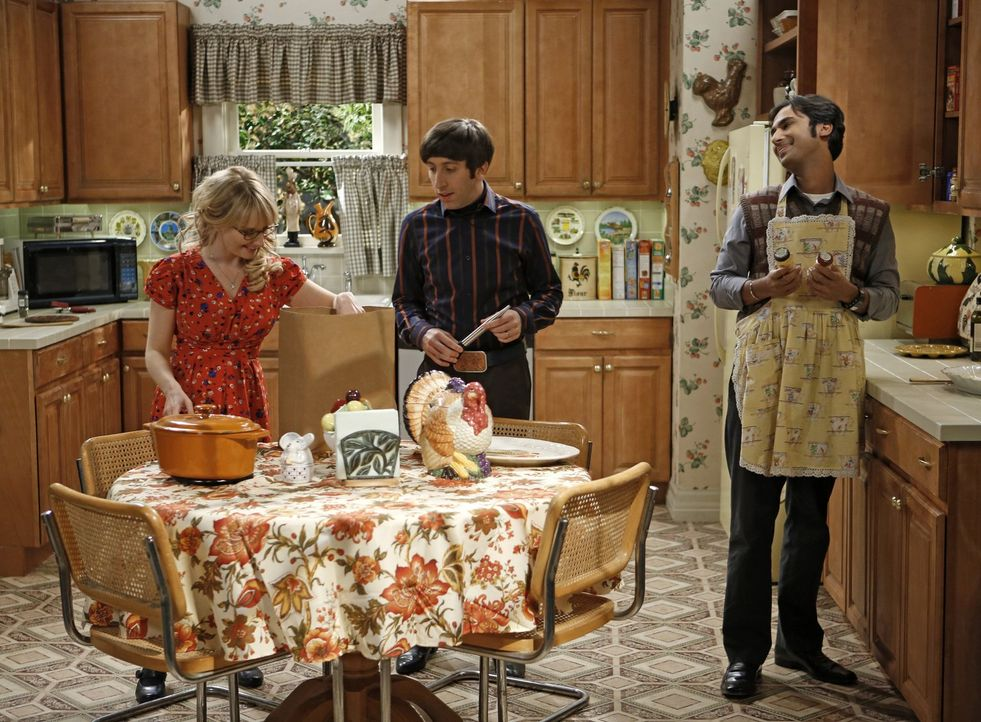 Thanksgiving der besonderen Art: Bernadette (Melissa Rauch, l.), Howard (Simon Helberg, M.) und Raj (Kunal Nayyar, r.) ... - Bildquelle: Warner Brothers Entertainment Inc.