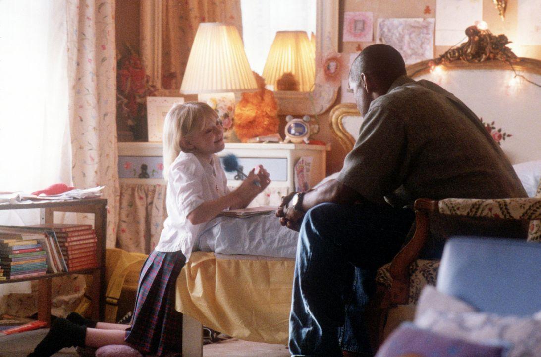 Der neue Bodyguard von Pita Ramos (Dakota Fanning, l.), John W. Creasy (Denzel Washington, r.), ist ein ziemlich harter Kerl. Doch schon bald erober... - Bildquelle: 2004 Epsilon Motion Pictures