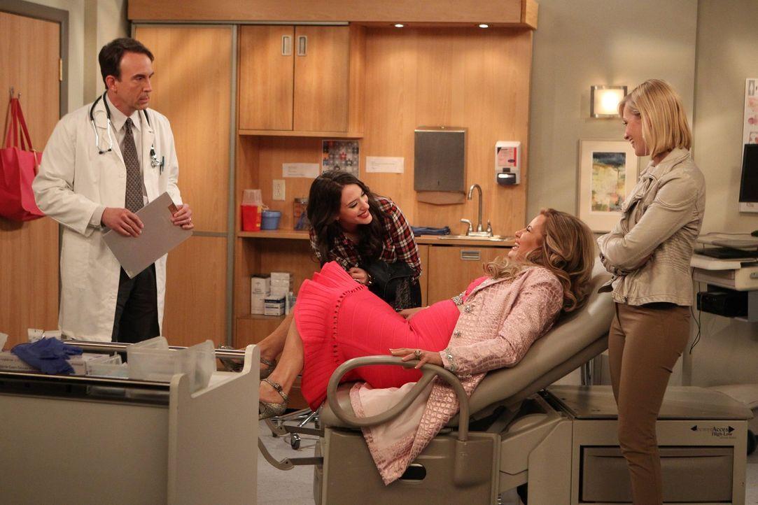 Obwohl Oleg und Sophie (Jennifer Coolidge, 2.v.r.) es schon eine Zeit lang probieren, wird Sophie einfach nicht schwanger, ein Besuch bei Dr. Seden... - Bildquelle: Warner Brothers
