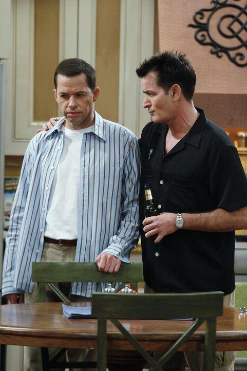 Alan (Jon Cryer, l.) und Charlie (Charlie Sheen, r.) beobachten zwei Mädchen, die sich morgens aus Jakes Zimmer schleichen. Während Charlie etwas... - Bildquelle: Warner Bros. Television