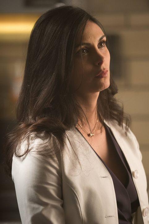 Bald ist ihr Leben in großer Gefahr: Dr. Leslie Thompkins (Morena Baccarin) ... - Bildquelle: Warner Brothers