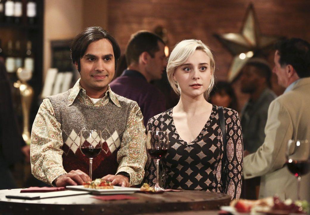 Bei einer Weinprobe, an der Penny, Leonard, Howard und Amy teilnehmen, stellt Raj (Kunal Nayyar, l.) ihnen das erste Mal seine Freundin Claire (Ales... - Bildquelle: 2016 Warner Brothers
