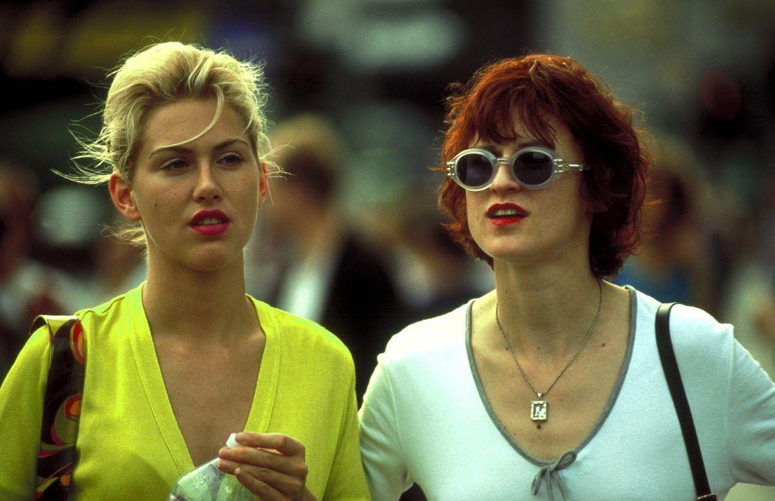 Telefonsex: Die beiden Freundinnen Conny (Gruschenka Stevens, l.) und Bibi (Sophie Rois, r.) erfüllen die sexuellen Träume ihrer Kunden ... - Bildquelle: ProSieben/Klausmann