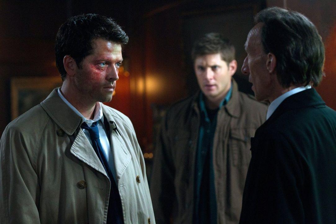 Castiel (Misha Collins, l.) sieht davon ab, Bobby, Dean und Sam zu töten, macht ihnen allerdings klar, dass sie sich aus seinen Angelegenheiten raus... - Bildquelle: Warner Bros. Television