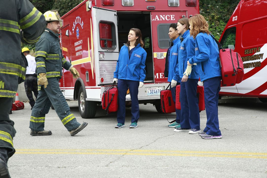 Ein Tunneleinsturz beschäftigt die Belegschaft des Grey Sloane Memorial Hospital. Gemeinsam mit Hal (Robert Neary, l.) versuchen Meredith (Ellen Pom... - Bildquelle: ABC Studios