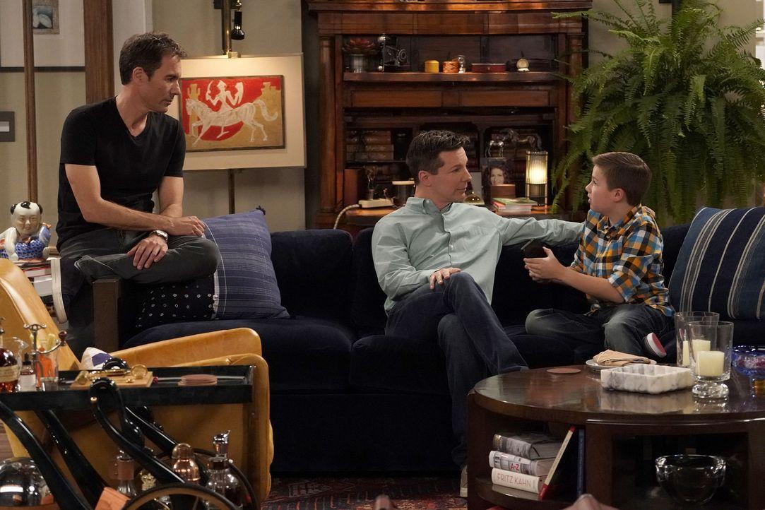 Als Skip (Jet Jurgensmeyer, r.) unangemeldet bei Will (Eric McCormack, l.) und Jack (Sean Hayes, M.) auftaucht, machen die beiden eine erstaunliche... - Bildquelle: Chris Haston 2017 NBCUniversal Media, LLC