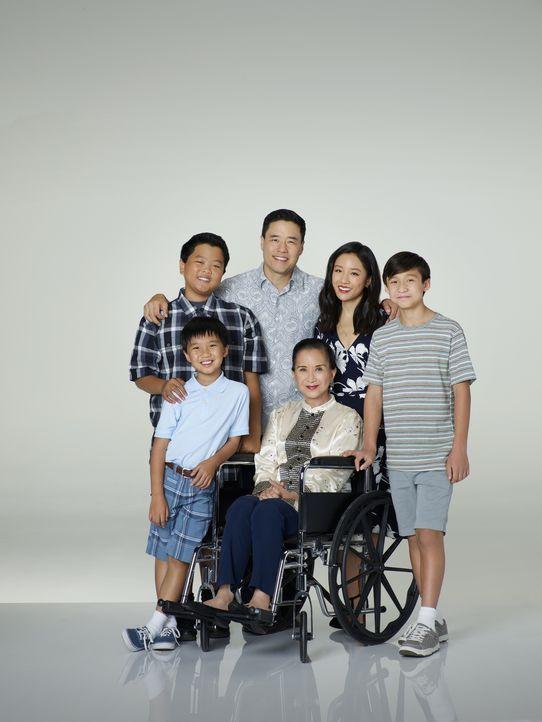 (3. Staffel) - Eine Familie der besonderen Art: Louis (Randall Park, 3.v.l.), Jessica (Constance Wu, 2.v.r.), Eddie (Hudson Yang, l.), Emery (Forres... - Bildquelle: 2016-2017 American Broadcasting Companies. All rights reserved.