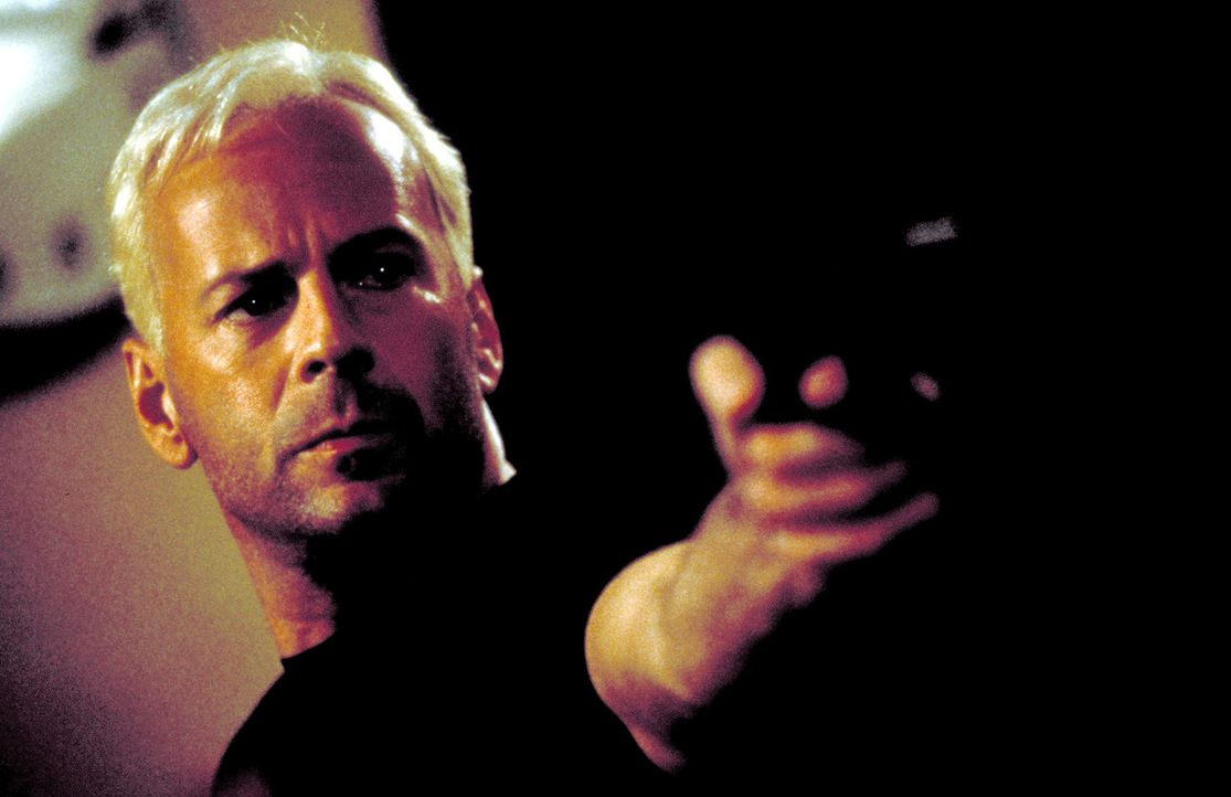 In Washington quartiert sich der Schakal (Bruce Willis) bei einem schwulen Regierungsbeamten ein, um nicht aufzufallen. Als der jedoch seine Identit...