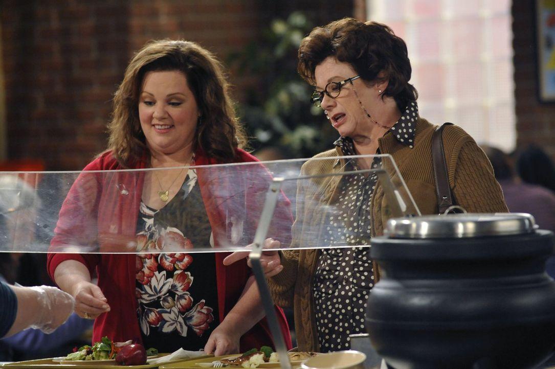 Als plötzlich Peggy (Rondi Reed, r.) vor Mollys Tür steht und sich darüber beklagt, dass sie ihren Sohn nicht mehr zu Gesicht bekommt, hat Molly (Me... - Bildquelle: Warner Brothers