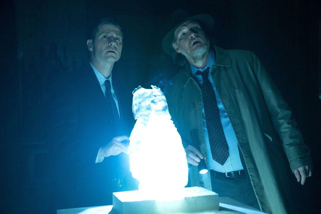 Gordon (Ben McKenzie, l.) und Bullock (Donal Logue, r.) erfahren die bestgeschützten Geheimnisse der Unterwelt von Gotham, nicht ahnend, dass sie di... - Bildquelle: Warner Brothers