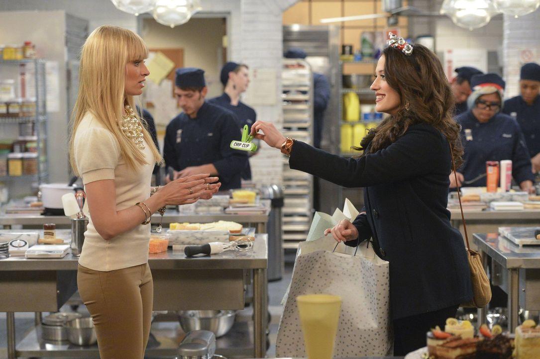 Caroline (Beth Behrs, l.) ist entsetzt, dass Max (Kat Dennings, r.) die eine Million Dollar von Deke nicht behalten will. Kann sie ihre Freundin doc... - Bildquelle: Warner Bros. Television