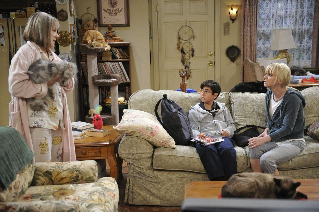 Können Roscoes Wunsch nicht fassen: Marjorie (Mimi Kennedy, l.) und Christy (Anna Faris, r.) ... - Bildquelle: Warner Bros. Television