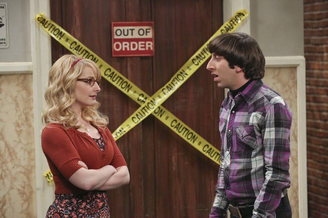 Bernadette (Melissa Rauch, l.) hält es für keine gute Idee, dass Howard (Simon Helberg, r.) eine legale Partnerschaft mit Sheldon und Leonard eingeh... - Bildquelle: 2016 Warner Brothers
