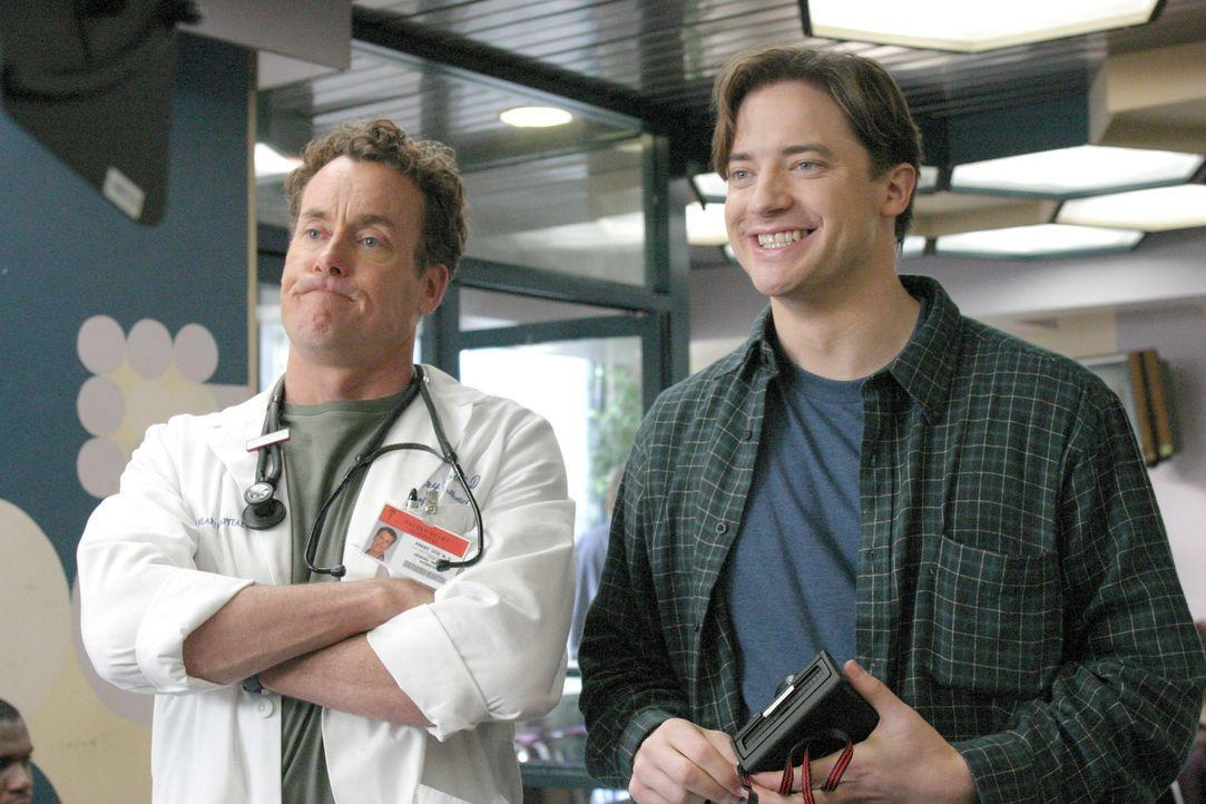 Da Ben (Brendan Fraser, r.) zwei Jahre auf Weltreise war und sich keinerlei Kontrolluntersorgungen wegen seiner Leukämieerkrankung unterzogen hat,... - Bildquelle: Touchstone Television