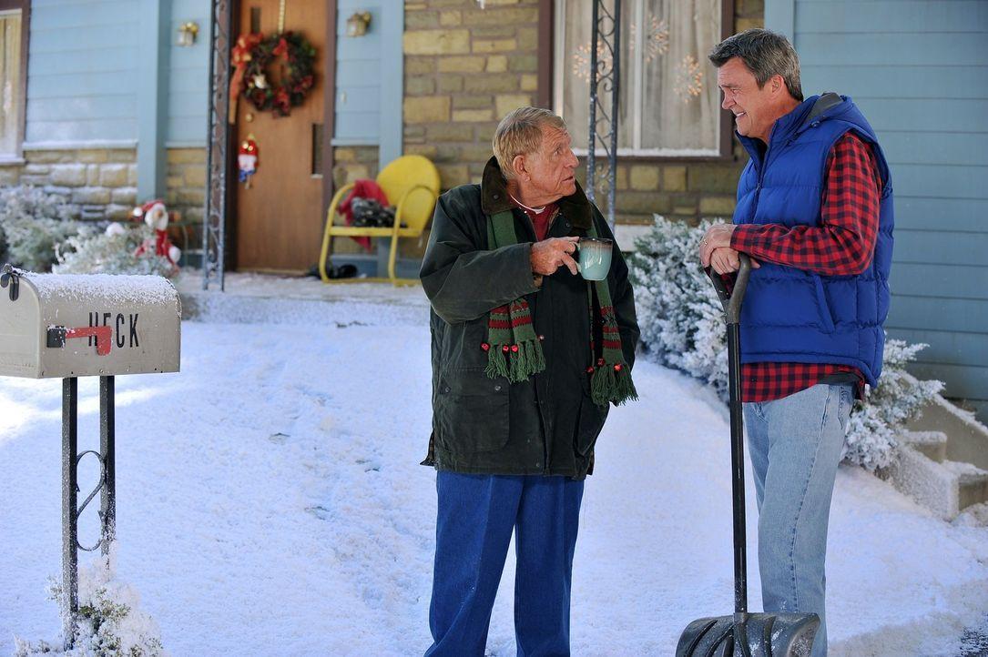 Tag (Jerry Van Dyke, l.) will Mike (Neil Flynn, r.) unbedingt überreden, an der Familientradition teilzunehmen und beim Weihnachtssketch mitzumachen... - Bildquelle: Warner Brothers