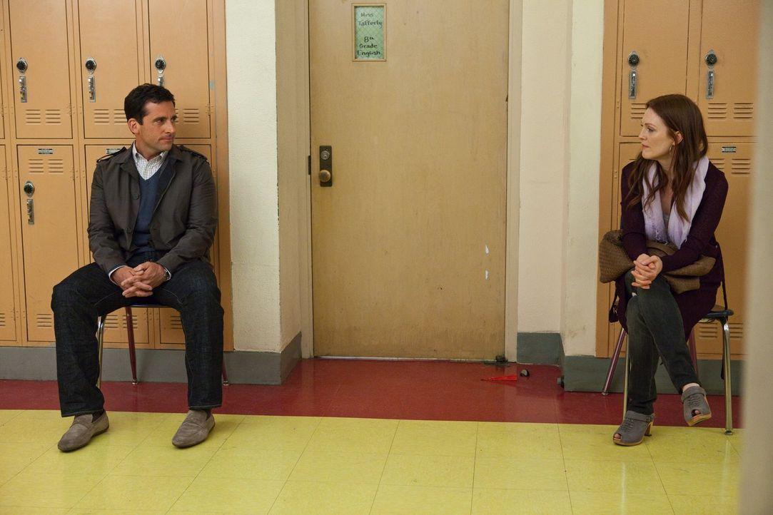 Früher haben Cal (Steve Carell, l.) und Emily (Julianne Moore, r.) den amerikanischen Traum gelebt, doch als Emily die Scheidung einreicht, bringt d... - Bildquelle: Warner Bros.