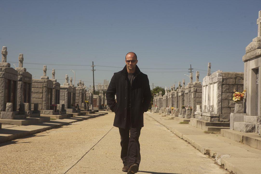 Nach der Beerdigung seines Mentors läuft Arthur (Jason Statham) dessen Sohn über den Weg, der die mörderische Tat rächen will. Notgedrungen nimm... - Bildquelle: 2010 SCARED PRODUCTIONS, INC.