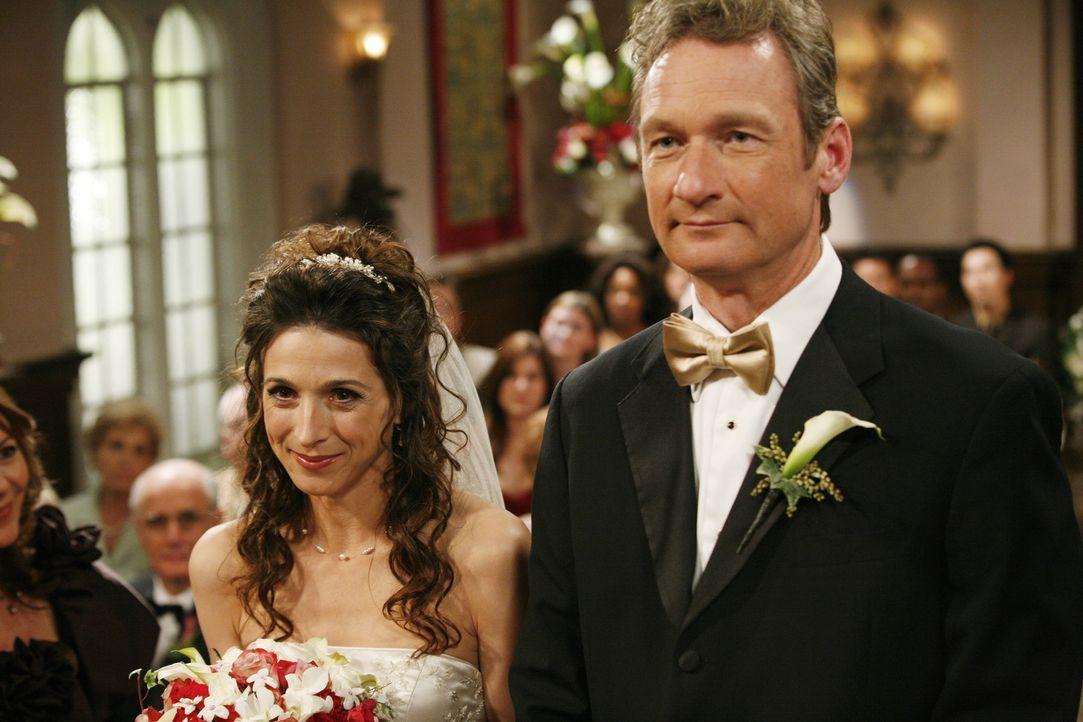 Endlich steht die Hochzeit von Herb (Ryan Stiles, r.) und seiner Exfrau Judith (Marin Hinkle, l.) bevor, so dass Alan die berechtigte Hoffnung hegt,... - Bildquelle: Warner Brothers Entertainment Inc.