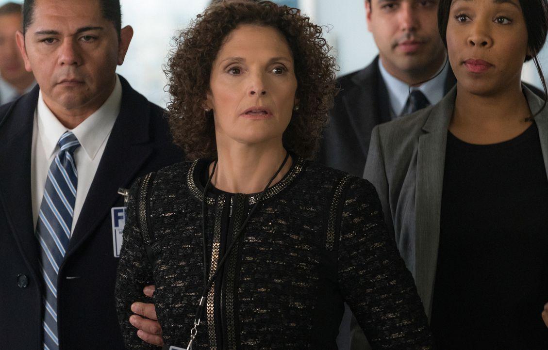 Naz (Mary Elizabeth Mastrantonio) versucht mit all ihrer Macht herauszufinden, wer Brians Entführung durch die CIA abgesegnet hat. Doch dann wird si... - Bildquelle: Michael Parmelee 2015 CBS Broadcasting, Inc. All Rights Reserved