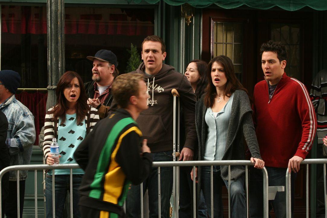 Barney (Neil Patrick Harris, vorne) nimmt am New York City Marathon teil und seine Freunde Ted (Josh Radnor, r.), Marshall (Jason Segel, 2.v.l.), Li... - Bildquelle: 20th Century Fox International Television