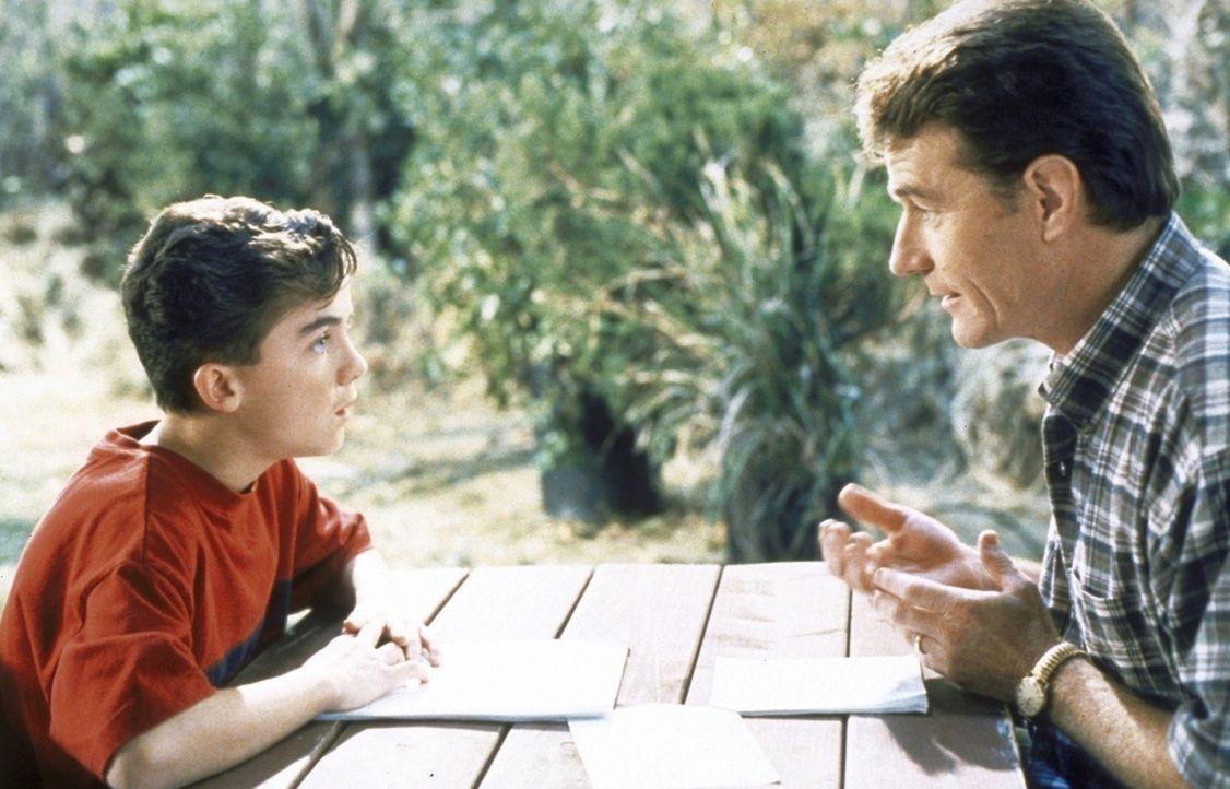 Hal (Bryan Cranston, r.) und Malcolm (Frankie Muniz, l.) sprechen sich aus ... - Bildquelle: TM +   2000 Twentieth Century Fox Film Corporation. All Rights Reserved.
