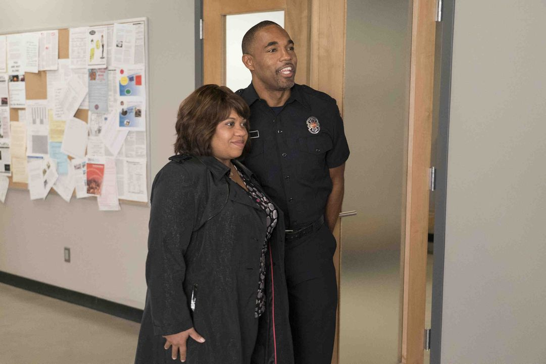 Miranda (Chandra Wilson, l.) will einen Blick in Bens (Jason George, r.) neue Arbeitswelt werfen und erlebt einen ereignisreichen Tag in der Station... - Bildquelle: Eric McCandless 2018 American Broadcasting Companies, Inc. All rights reserved / Eric McCandless