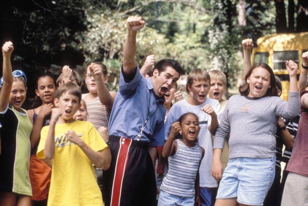 """Im Feriencamp """"Bleeding Dove"""" herrscht eine ausgelassene Stimmung. Die Kids haben sehr viel Spaß mit ihrem Camp-Betreuer Adam (Jordan Bridges, vorn... - Bildquelle: Warner Brothers"""