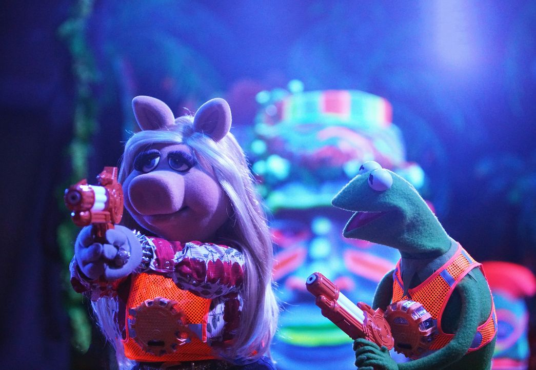 Haben jede Menge Spaß beim Laser Tec: Kermit (r.) und Miss Piggy (l.) ... - Bildquelle: Andrea McCallin ABC Studios