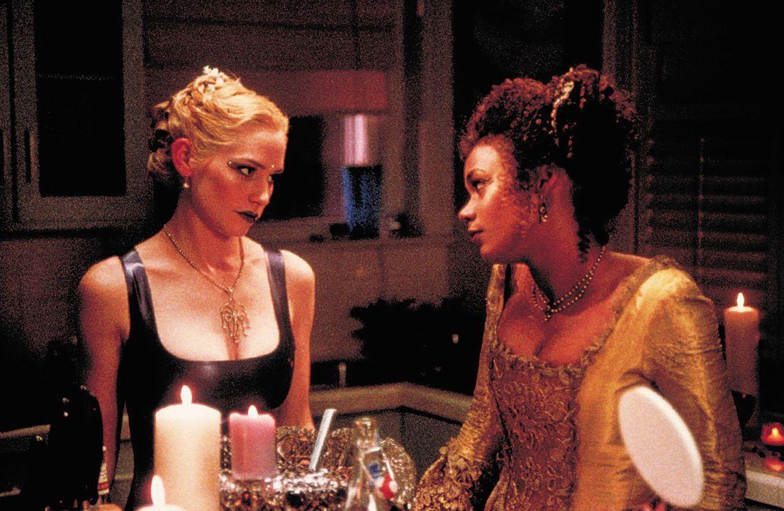 """Lebensgefährliche """"beste"""" Freundinnen: Hadley (Meredith Monroe, l.) und Julianne (Rachel True, r.) ... - Bildquelle: 2003 Sony Pictures Television International. All Rights Reserved."""