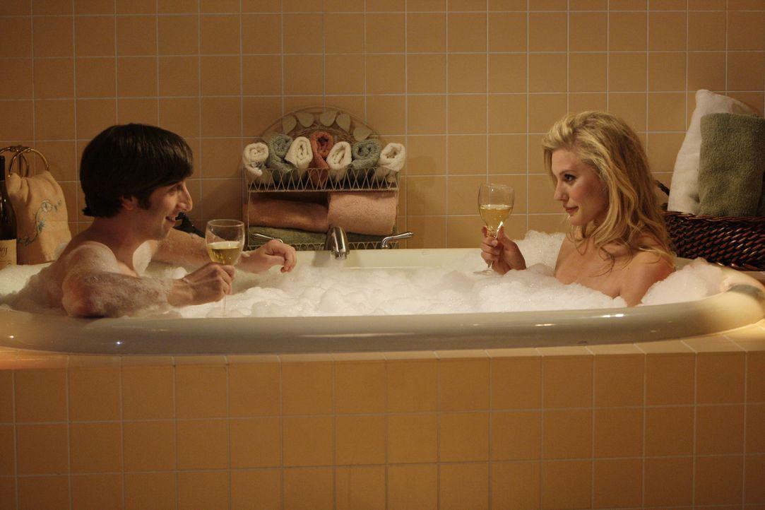 Howard hat ein Date mit Bernadette. Während sie auf eine Entscheidung wartet, phantasiert Howard (Simon Helberg, l.) in seinen Tagträumen von Kate... - Bildquelle: Warner Bros. Television