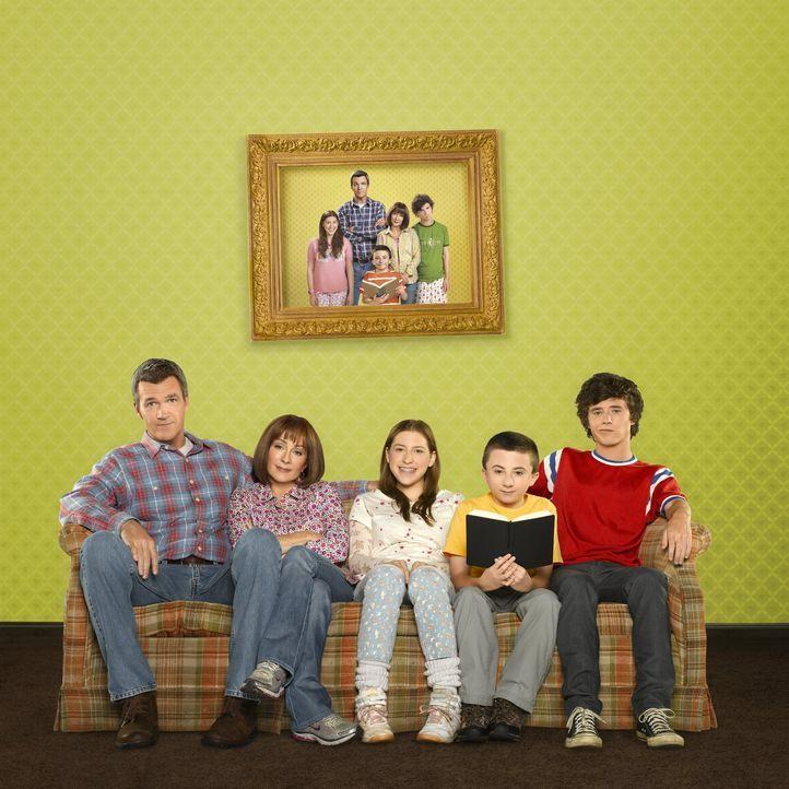 (5. Staffel) - Der alltägliche Wahnsinn ist bei ihnen Dauergast: Frankie (Patricia Heaton, 2.v.l.) und Mike (Neil Flynn, l.) und ihre drei Kinder Ax... - Bildquelle: Warner Brothers