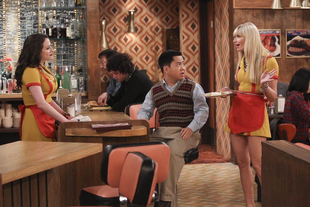 Als Lee (Matthew Moy, M.) kurzfristig vom Besuch seiner Mutter aus Korea erfährt, sollen Max (Kat Dennings, l.) und Caroline (Beth Behrs, r.) eine k... - Bildquelle: Warner Bros. Television