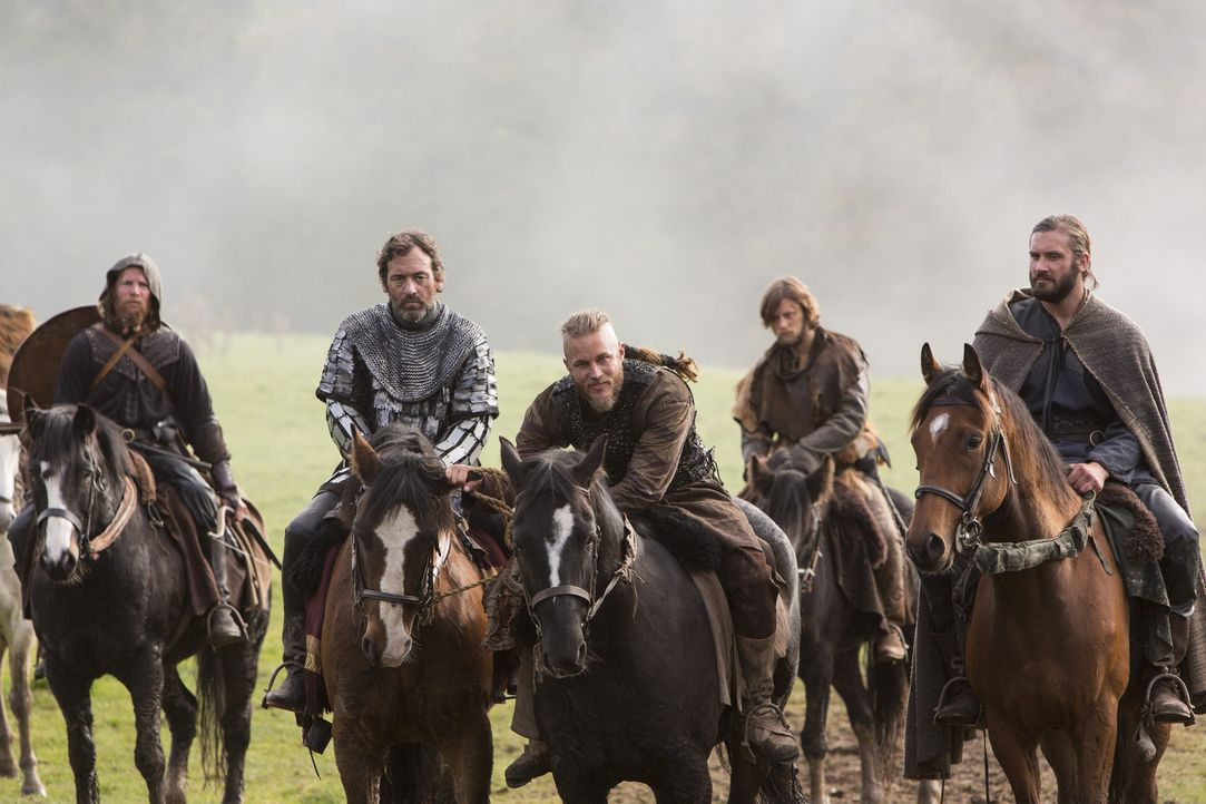 Zu König Aelles Leidwesen gerät sein Bruder, Lord Aethelwulf (David Murray, 2.v.l.), in die Hand der Wikinger Ragnar (Travis Fimmel, 3.v.r.) und Rol... - Bildquelle: 2013 TM TELEVISION PRODUCTIONS LIMITED/T5 VIKINGS PRODUCTIONS INC. ALL RIGHTS RESERVED.