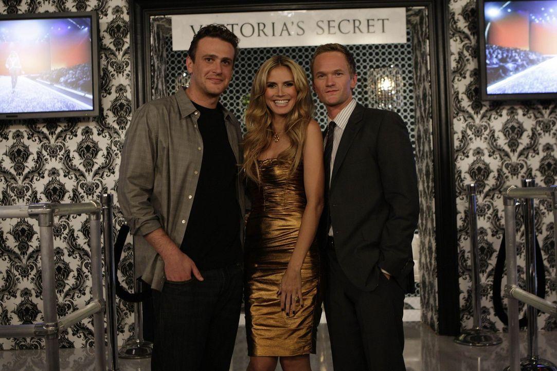 Treffen auf einer Victoria's Secret Fashion Show aufeinander: Barney (Neil Patrick Harris, r.), Marshall (Jason Segel, l.) und Heidi Klum (Heidi Klu... - Bildquelle: 20th Century Fox International Television