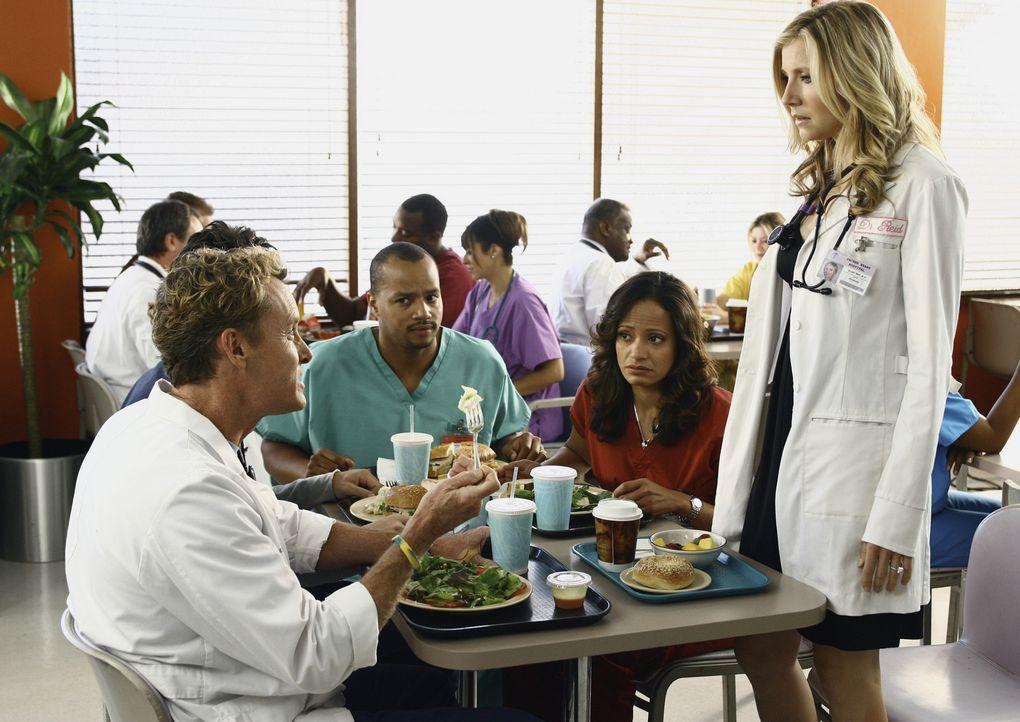 Während Elliott (Sarah Chalke, r.) private Probleme hat, stehen Turk (Donald Faison, 3.v.r.), Carla (Judy Reyes, 2.v.r.) und Dr. Cox (John C. McGin... - Bildquelle: Touchstone Television