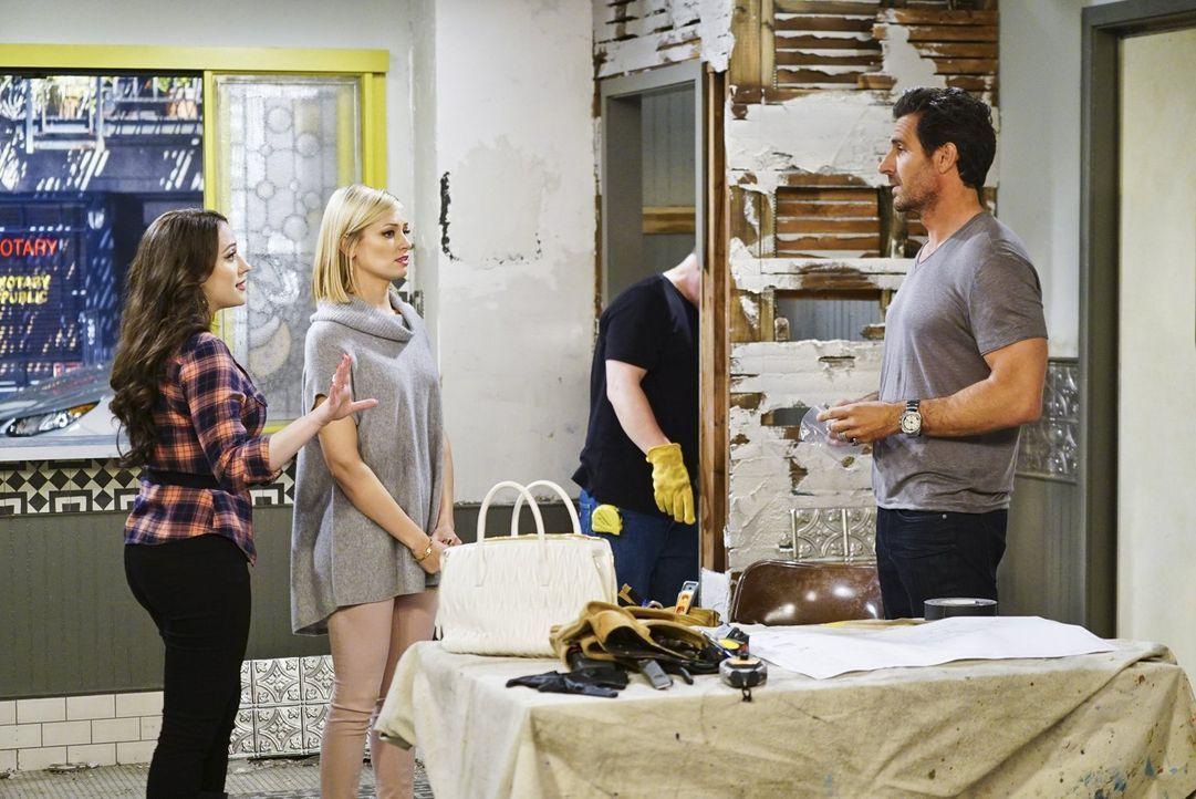 Randy (Ed Quinn, r.) überrascht Max (Kat Dennings, l.) und Caroline (Beth Behrs, 2.v.l.) bei den Renovierungsarbeiten in ihrer Dessert-Bar, teilt ih... - Bildquelle: 2016 Warner Brothers