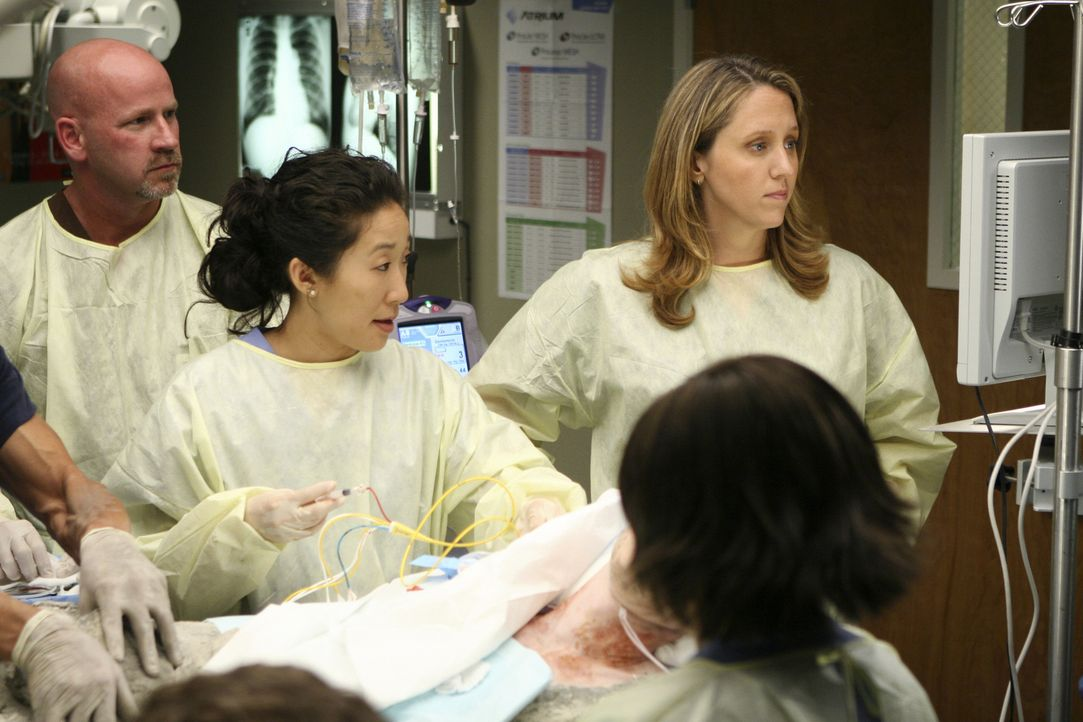 Cristina (Sandra Oh, l.), Webber (James Pickens Jr.,  M.) und Bailey (Chandra Wilson, r.) sind geschockt, als sie Andrew (James Immekus, 2.v.l.), de... - Bildquelle: Michael Desmond 2008 American Broadcasting Companies, Inc. All rights reserved. NO ARCHIVE. NO RESALE.