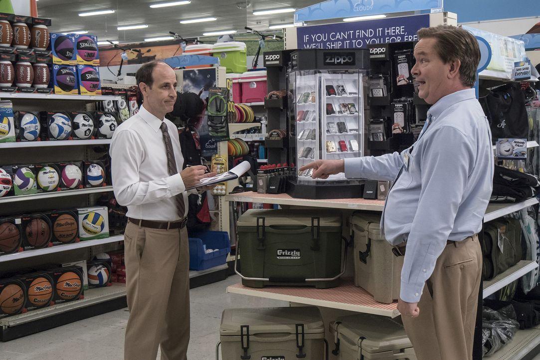 Unter Beobachtung: Glenn (Mark McKinney, r.) mimt vor Bezirksleiter Jeff (Michael Bunin, l.) den knallharten Boss - doch eigentlich ist er total ver... - Bildquelle: Brandon Hickman 2016 Universal Television LLC. ALL RIGHTS RESERVED.