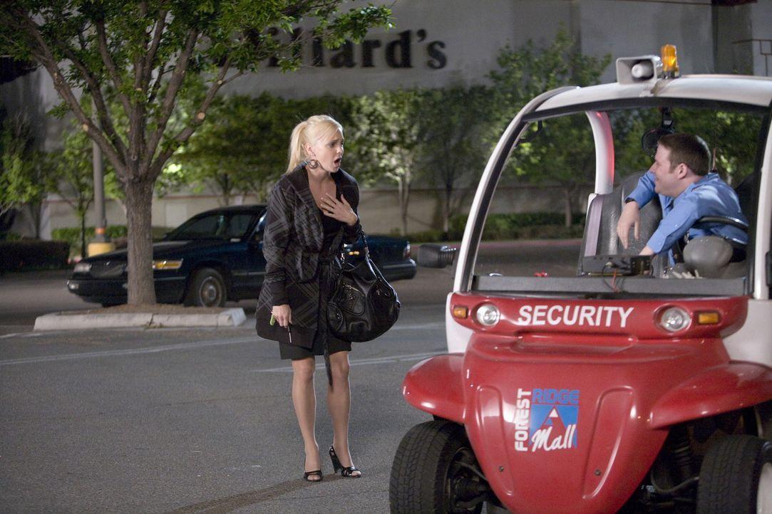 Schon seit langem verehrt Wachmann Ronnie (Seth Rogen, r.) Brandi (Anna Faris, l.) aus dem Parfümerie-Shop. Doch die behandelt ihn, als ob er Luft... - Bildquelle: Warner Brothers