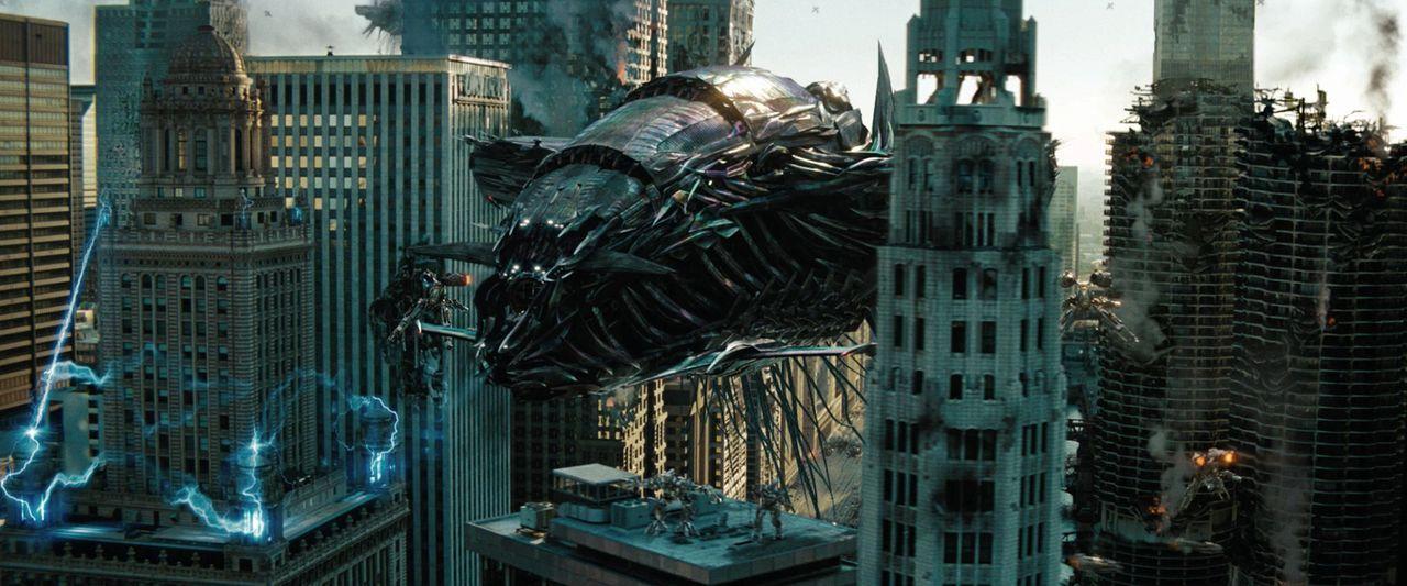 Zwischen den beiden verfeindeten Roboterclans der Autobots und der Decepticons kommt er erneut zu einem knallharten Roboterkrieg, der die Welt an de... - Bildquelle: 2010 Paramount Pictures Corporation.  All Rights Reserved.
