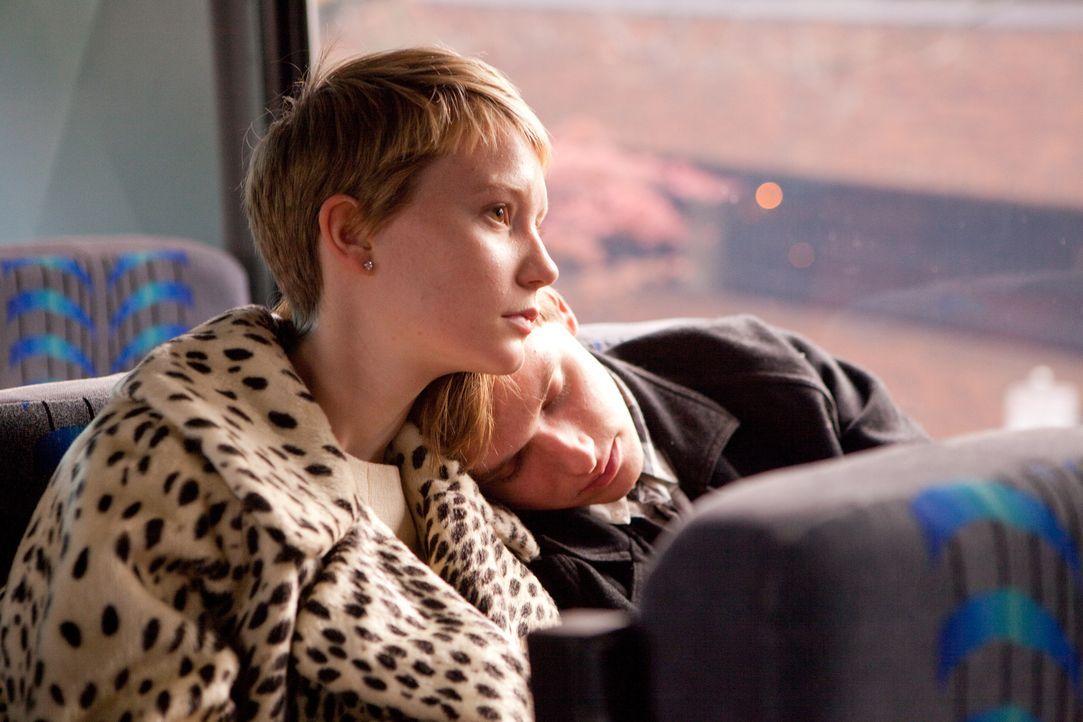 Zufällig lernen sich die schwer an Krebs erkrankte Annabel (Mia Wasikowska, l.) und der todessüchtige Vollwaise Enoch (Henry Hopper, r.) auf einer B... - Bildquelle: Scott Green 2011 Columbia Pictures Industries, Inc. All Rights Reserved.