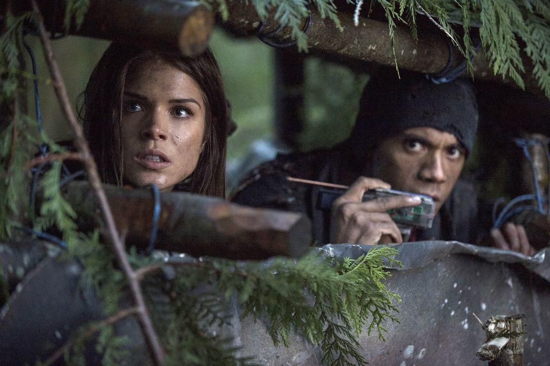 Octavia (Marie Avgeropoulos, l.), Miller (Jarod Joseph, r.) und die anderen verschanzen sich und tun somit genau das, was ihre Feinde wollen ... - Bildquelle: Warner Brothers