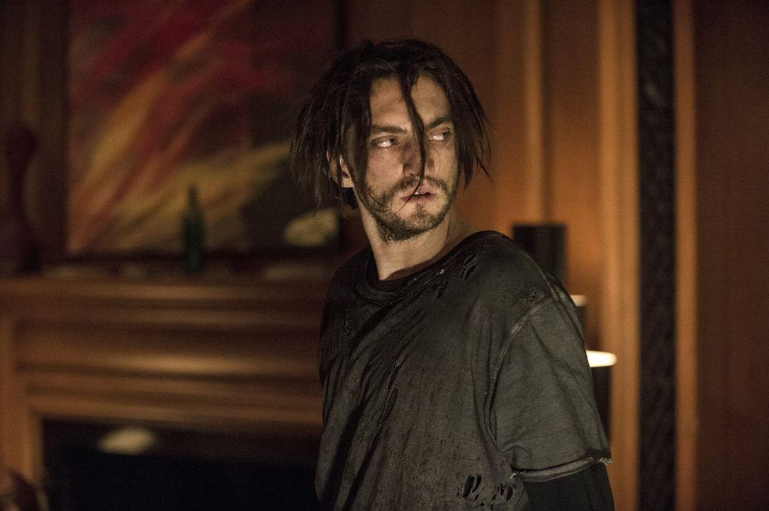 Nachdem er dem Bunker entkommen ist, entdeckt Murphy (Richard Harmon) die Villa und erkennt dort, dass Jaha nicht mehr der ist, der er mal war ... - Bildquelle: 2014 Warner Brothers