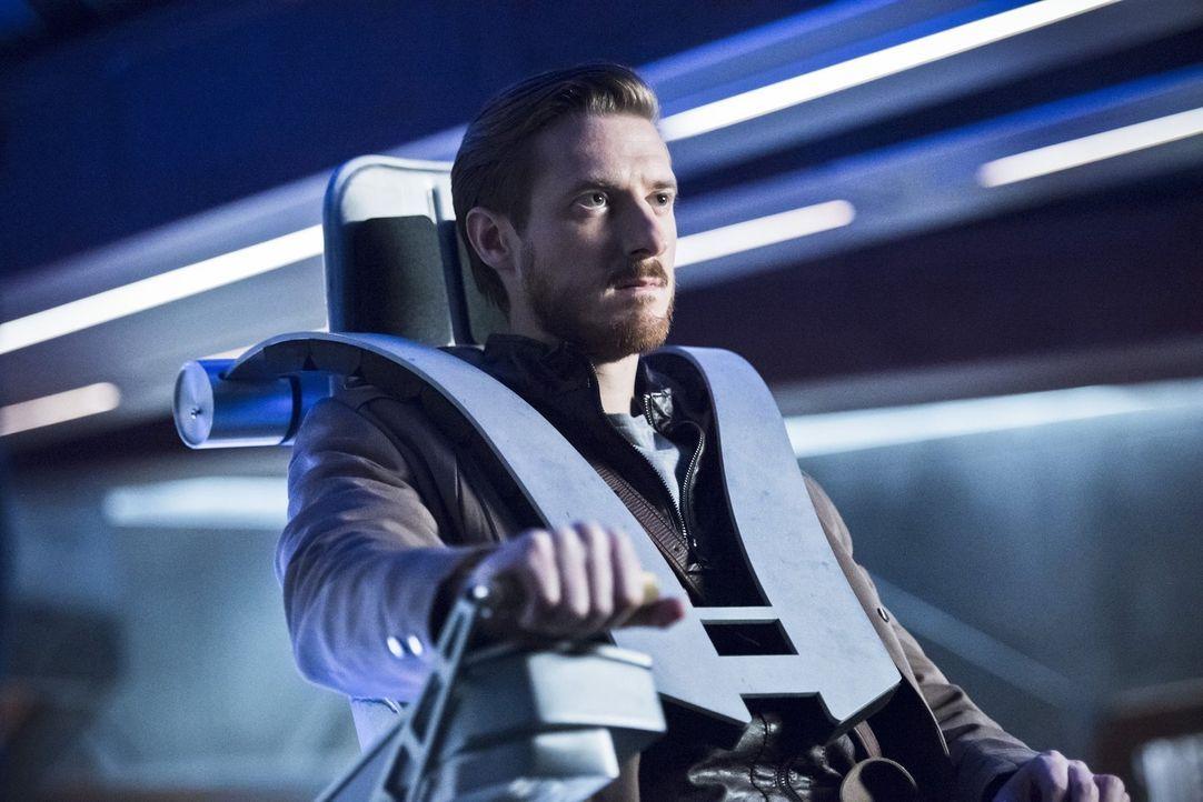 Nachdem die Geschehnisse im Jahre 2046 außer Kontrolle geraten, muss Rip (Arthur Darvill) eine wichtige Entscheidung treffen ... - Bildquelle: 2015 Warner Bros.
