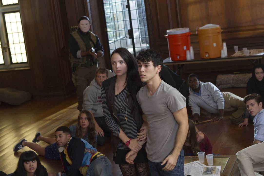 In ihrer schweren Zeit stehen sich Beth Ann (Stevie Lynn Jones, vorne l.) und Ian (Max Schneider, vorne r.) zur Seite ... - Bildquelle: 2013-2014 NBC Universal Media, LLC. All rights reserved.