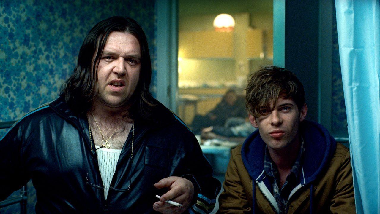 Eigentlich will sich der Student Brewis (Luke Treadaway, r.) nur mit ein wenig Dope aus Drogendealer Rons (Nick Frost, l.) Wohnung eindecken. Doch d... - Bildquelle: Wild Bunch Germany 2013